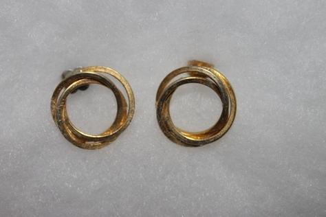 Vintage-Avon-Round-Interlocking-Circle-Gold-Tone-Pierced-Earrings