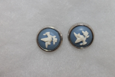 Vintage-Avon-White-Dove-Blue-Cabochon-Stud-Earrings-Silvertone