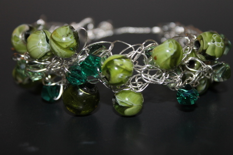 green-glass-beads-bracelet-nontarnish-silver-wire-front