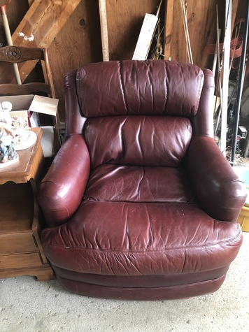 2 leather Chairs 25$ each